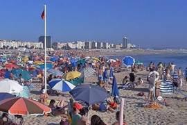 Op het brede strand in Figueira da Foz heerst een sport strand cultuur, er liggen ook volleybal- basketbal en voetbalvelden,  een surfschool,en verschillende gezellige strandtenten en bars voor een hapje en een drankje, kortom genoeg voor een heerlijk dagje srand.