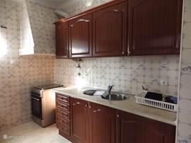 Keuken o.a voorzien van gasfornuis met oven, grote koelkast met vriesvak, uitgebreid serviesgoed, magnetron, coffiemachine (Dolce Gusto),keukenlinnen aanwezig.