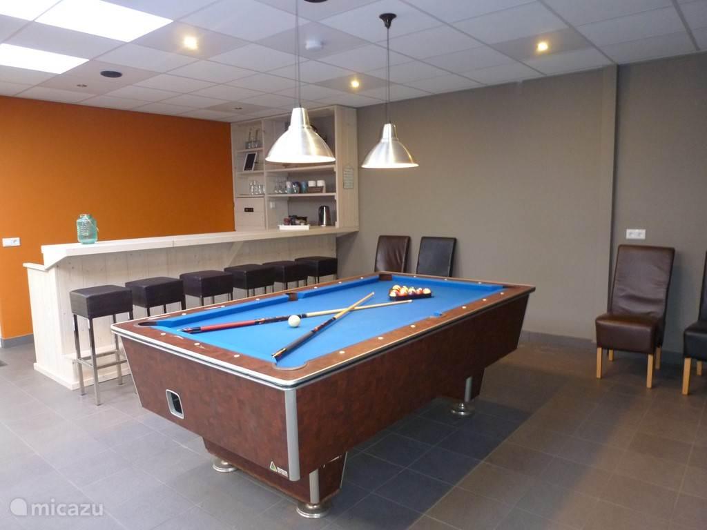 In de recreatie ruimte bevindt zich onder andere een bar met poolbiljart