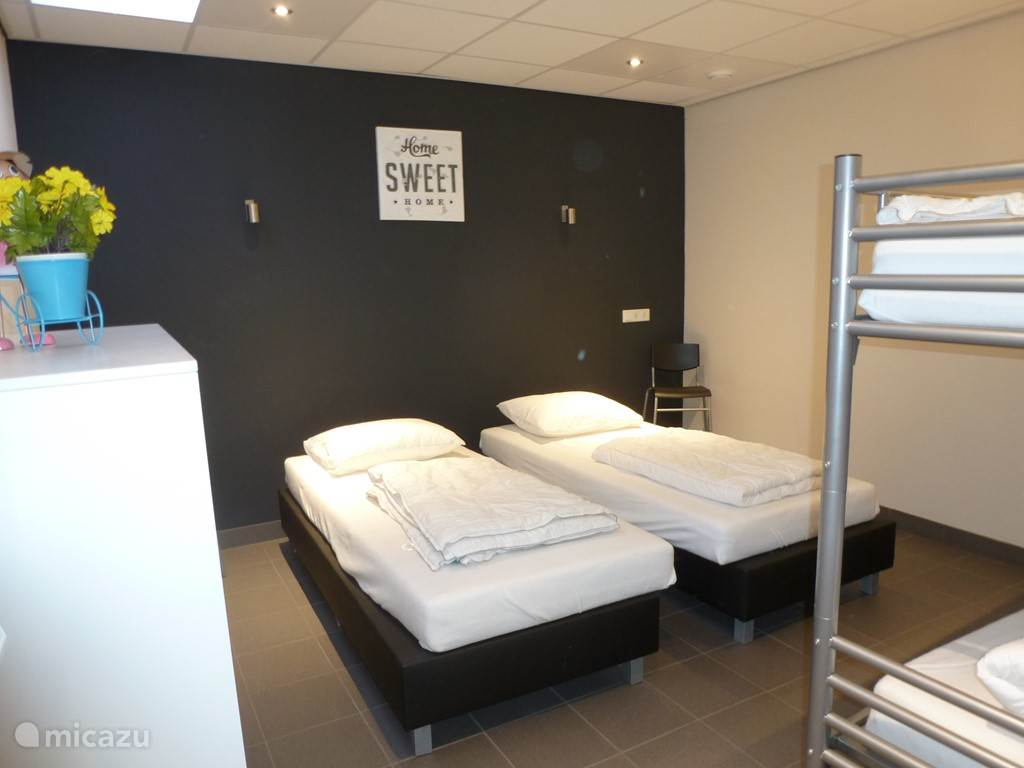 4 pers. slaapkamer op de beneden verdieping. met 2x 1 pers. boxspring en 1 stapel bed.