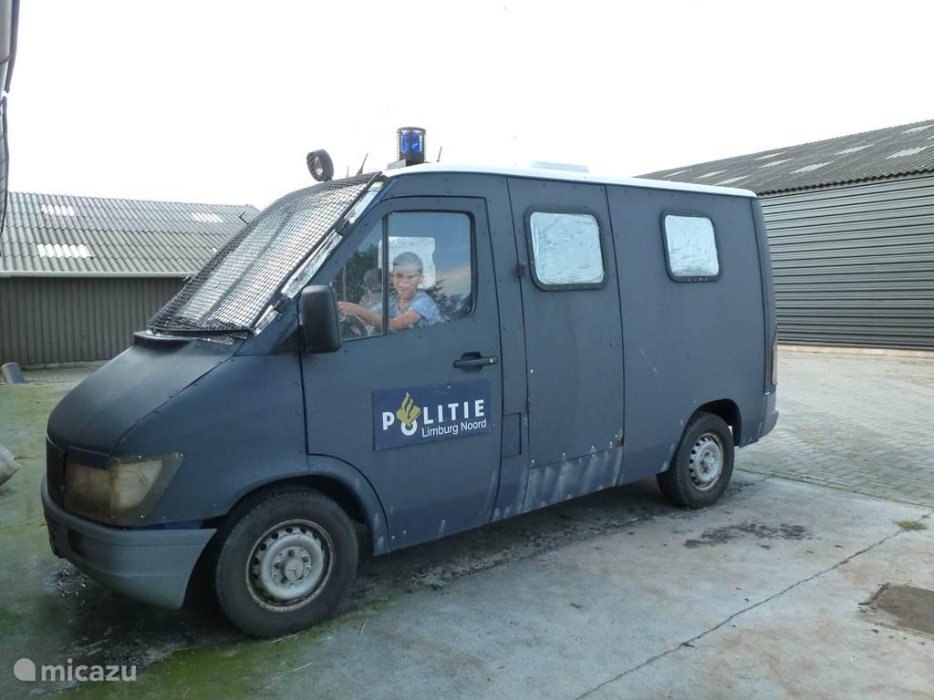 Een echte stoere politiebus waar de kinderen heel veel gebruik van maken om te spelen.