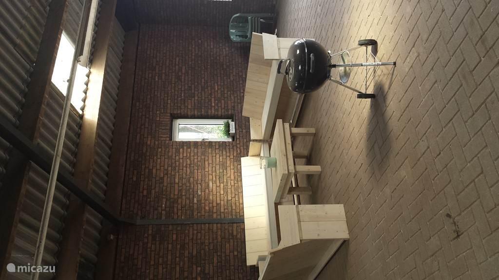 Het binnenterras waar ook een BBQ staat dus zomer of winter de bbq kan altijd gebruikt worden