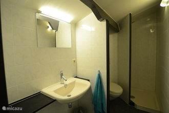 Luxe badkamer op de bovenverdieping van alle gemakken voorzien.