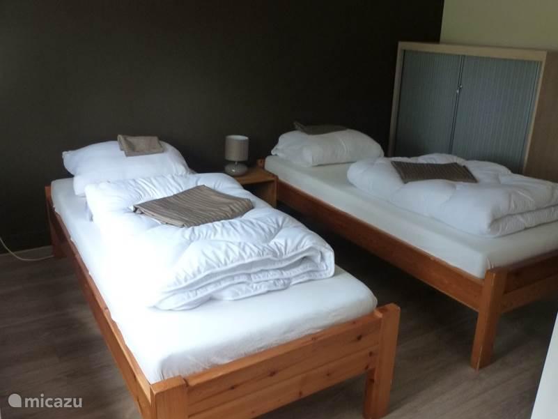 2-persoons slaapkamer op de eerste etage. Op deze kamer staat ook een kinderbedje (deze staat in een nisje dat in verbinding staat met deze slaapkamer)