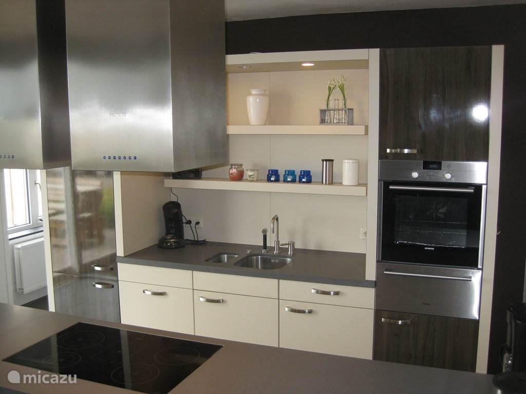 De Peelrand Hoeve, open keuken met kookeiland.