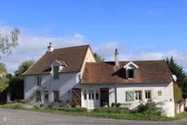 Maison de Charme de Verwondering gezien van de voorkant. Het rechtergedeelte is de vakantiewoning voor 2 personen. Beide huizen zijn volledig gescheiden, uw privacy is gewaarborgd.