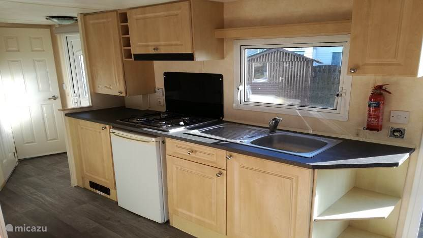 De keuken met 4-pits gasstel, koelkast met vriesvak, magnetron, koffiezetapparaat, waterkoker.