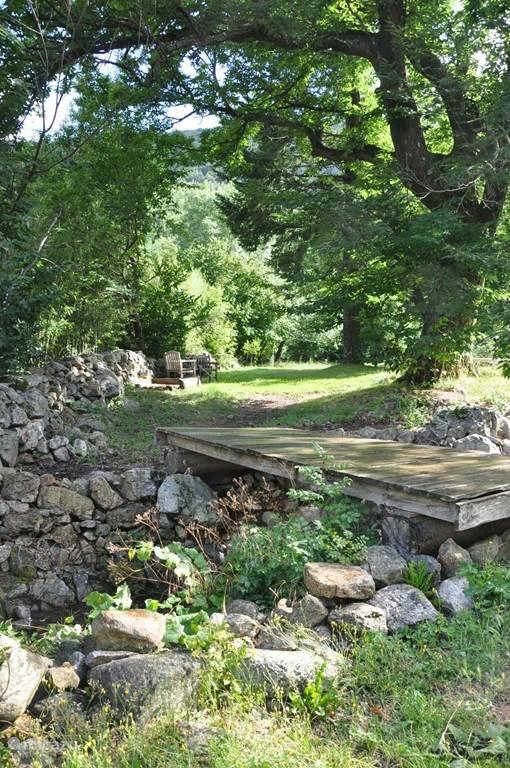 bruggetje naar de boomgaard en riviertje la beaume