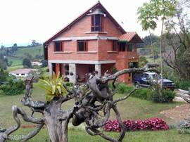 ". 10 min from the airport is our finca ""La Serrana"" in the quiet area of ??Rio Negro, also called ""The City of Eternal Spring"", a spacious and well-furnished 4-bedroom homes."