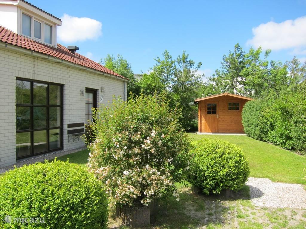 Aan de zijkant van de bungalow voor in of uit de zon