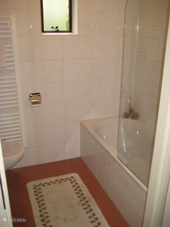 Badkamer beneden met ligbad, waarin u kunt douchen, dus geen aparte douchecabine.