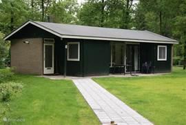 Deze bungalow ligt op een kavel van ca 1300 m2. Een mooi terras en een ruim grasveld staat ter uwer beschikking. U kunt bij de bungalow parkeren.