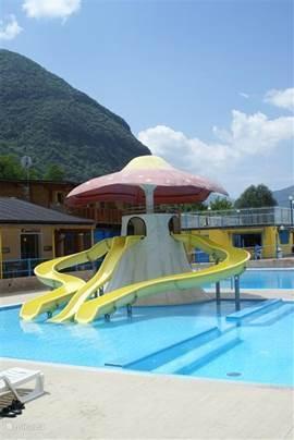 Naast het grote zwembad is er ook een kinderbad met een glijbaan. De kinderen genieten volop van alle attracties die de camping te bieden heeft