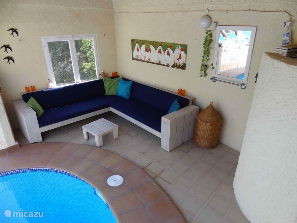 Het gezellige zitje in de schaduw aan de kop van het zwembad. Een welkome plaats na de hete Spaanse zon.