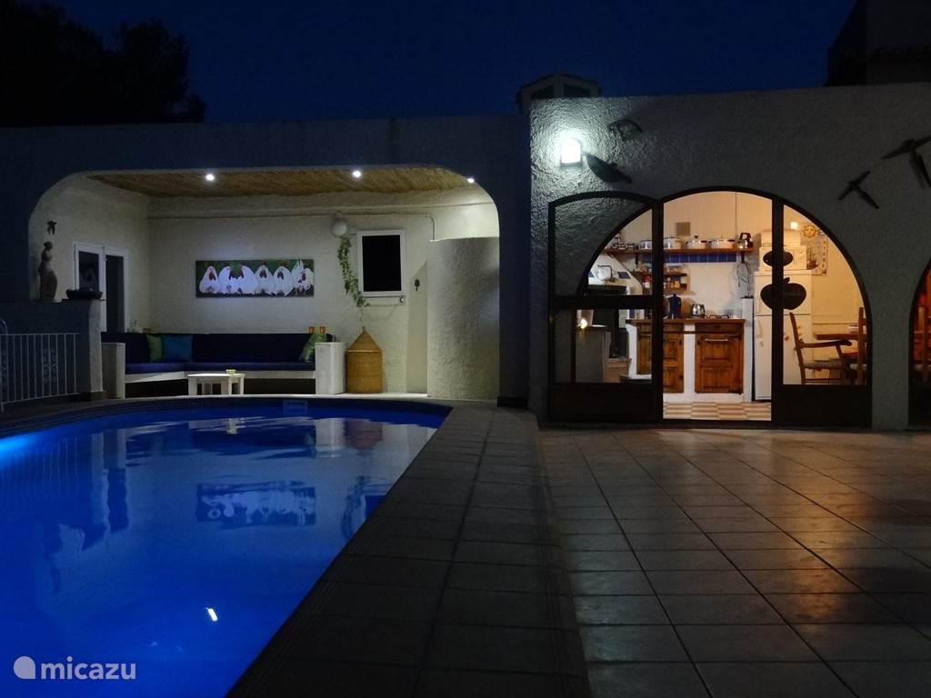 S'avonds en s'nachts is het terras en het zwembad sfeervol verlicht. Dit maakt een nachtelijke duik nog romantischer.