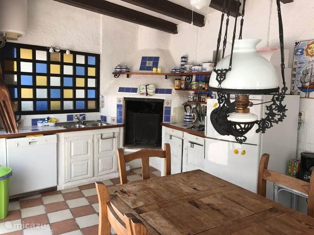 De gezellige zomerkeuken is van alle gemakken voorzien. Zo serveert u de beroemde Spaanse tappas eventueel voorzien van een glaasje aan het zwembad.