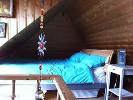 Prettige en sfeervolle slaapkamer.