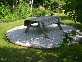 Een van de zitjes in de tuin.