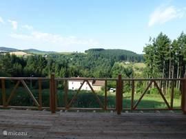 Het uitzicht vanaf terras is prachtig.  De beheerder van het vakantiehuis woont in het witte huis beneden.