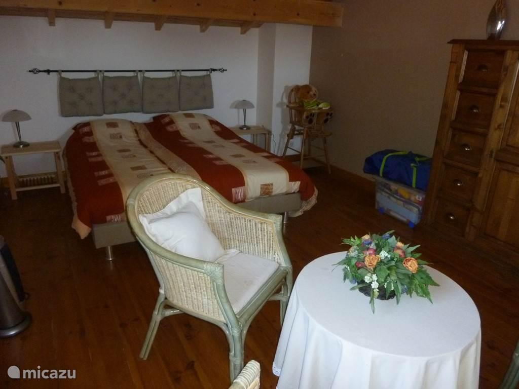 De slaapkamer met zitje op de vide.