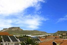 Aan de andere zijde ziet u de Tafelberg en het Spaanse water.