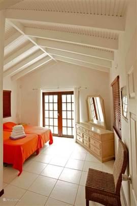 Master bedroom met balkondeuren waarbij u kunt genieten van het uitzicht over de heuvels van Banda Ariba.