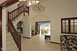 Ruime hal/woonkamer die de basis van de villa vormt. Links achterin ziet u de ruime luxe keuken.