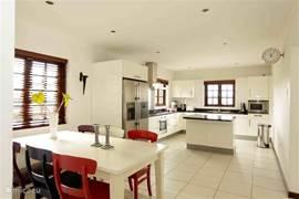 De villa is voorzien van een zeer ruime en vooral zeer luxe keuken. U treft er alle apparatuur aan die u maar kunt wensen: oven, magnetron, grote kookplaat, Amerikaanse koelkast voorzien van een ijsblokjesautomaat, vaatwasser, mixer en een toaster.