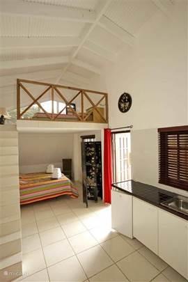 Studio 1 bestaat uit een benedenverdieping met een 2-persoons slaapkamer en een keuken. Via de trap komt u boven waar 2 kinderen/1 volwassenen kan slapen. De gehele ruimte kan gekoeld worden door de airconditioning.
