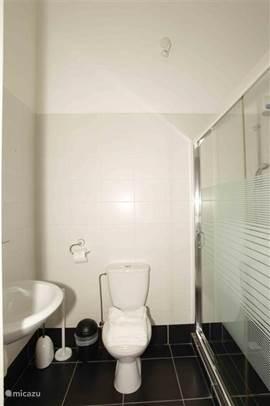 De lichte badkamer van studio 2.