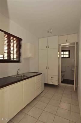 Studio 3 biedt een ruime keuken en badkamer met warme douche, wastafel en toilet.
