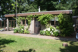 De bungalow is geheel vrijstaand met een grote tuin en weids uitzicht!