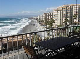 Uitzicht op boulevard en kustlijn vanaf balkon 1