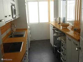 Luxe keuken met vaatwasser, koelkast / vriezer, koffiezetapparaat, waterkoker, broodrooster, keramisch 4 pits kook toestel en alle kookbenodigdheden