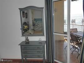 Opmaakkast met spiegel en uitzicht van slaapkamer 1