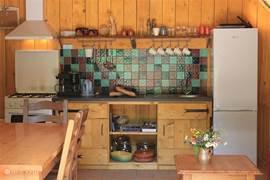 De open keuken is uitgerust met o.a een gasfornuis met oven en afzuigkap, een koel/vriescombinatie en veel keukengerei.