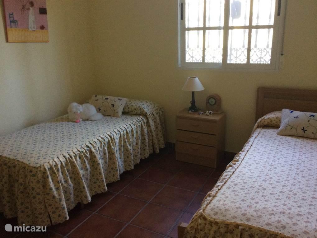 Dit is een slaapkamer met twee eenpersoonsbedden. In deze kamer is een inbouwkast aanwezig. Op deze kamer is voldoende ruimte om een baby/camping bedje te plaatsen, dit bedje is in het huis aanwezig.