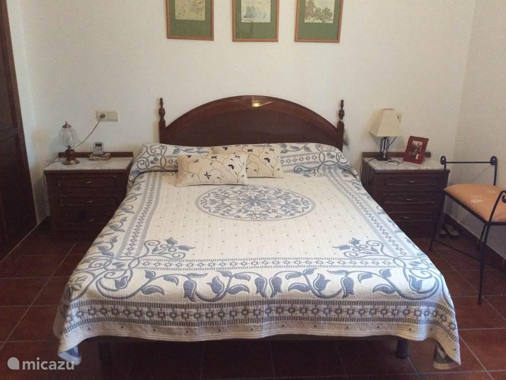 Dit is een slaapkamer met een tweepersoonsbed en een grote inbouwkast. Verder heeft deze kamer een kaptafel met grote spiegel.