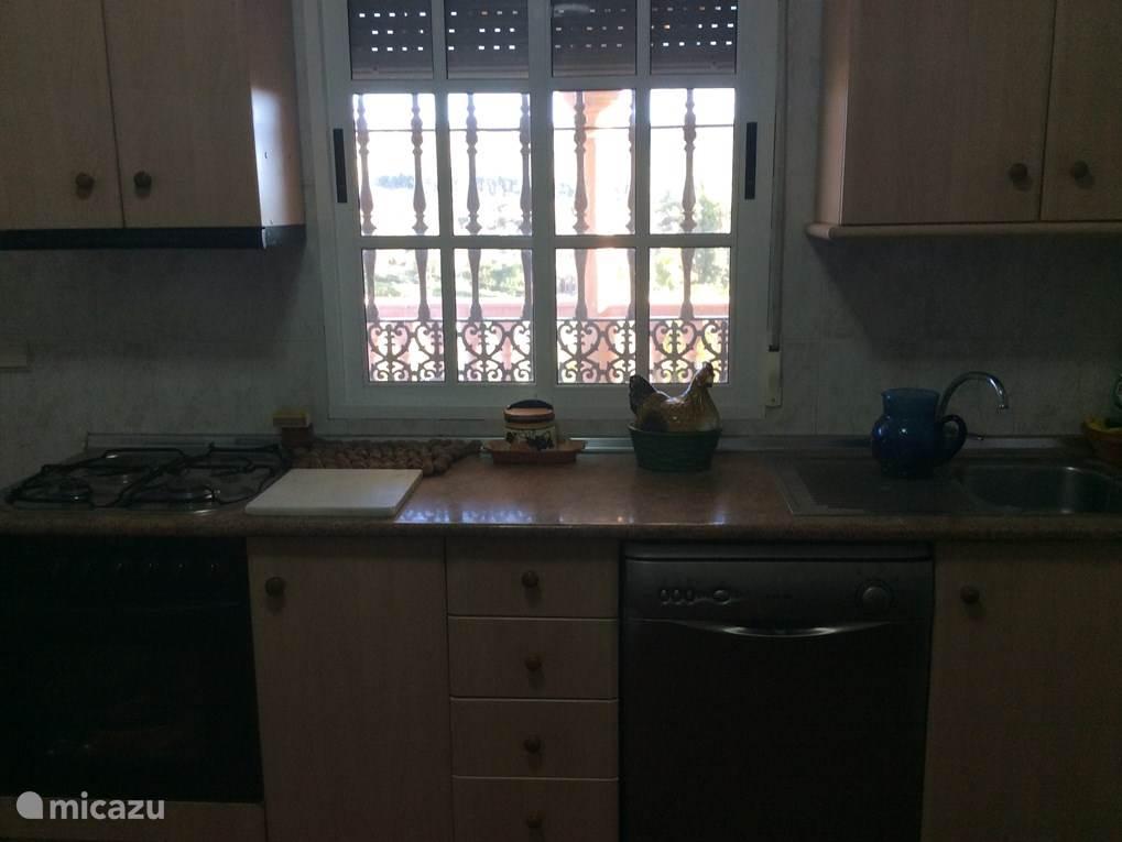 Hier ziet u de keuken, de keuken heeft een gasfornuis, oven, vaatwasmachine, koelkast, vriezer en meerdere opbergkasten.