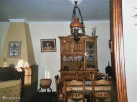 Naast een zithoek met 2 fauteuils en een 3 sits bank is er een eethoek aanwezig met 4 stoelen. in de keuken staan meer stoelen voor de grotere gezelschappen.