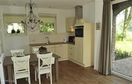 De Keuken is van alle gemakken voorzien. Met tuindeuren naar het terras.