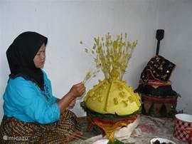 Huwelijksvoorbereidingen: Hier worden giften voor de familie van de bruidegom voorbereid. Deze worden door de vrouwen uit de familie van de bruid meegenomen als ze de bruidegom ophalen