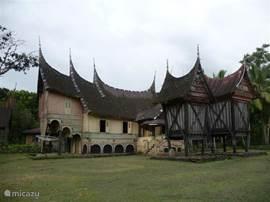 Hoofden-huis met twee rijstschuren. Gebouwd in het jaar 1902