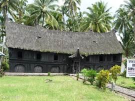 Het oudste lang-huis of adat-huis kan als museum bezocht worden