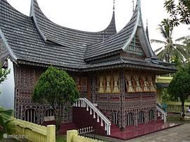 Een modern adat-huis zoals die tegenwoordig nog steeds in ons dorp gebouwd worden