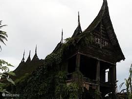 Een mooi eeuwenoud adat-huis, aan het verval overgelaten