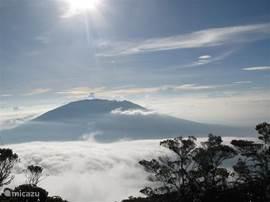 Genieten van het uitzicht. Uitzicht vanaf de top van Mount Singgalang op Mount Marapi