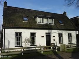 De knusse appartementen 'Oost' en 'West' zijn zeer centraal geleden in het oude dorp van Schiermonnikoog. Er is een mooie lommerrijke tuin beschikbaar achter beide appartementen.