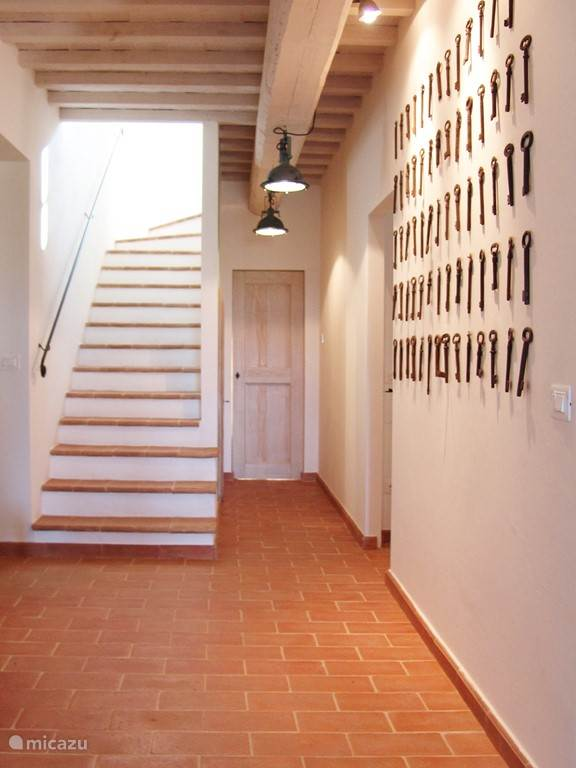 De ingang van Mazzo. Op dezelfde verdieping de masterbedroom, living, eethoek en keuken.