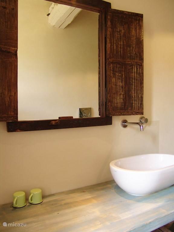 Badkamer bij masterbedoom, voorzien van toilet, douche, bidet.